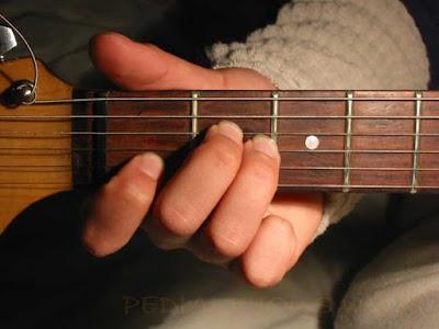 Cara Menekan Senar Chord A Minor untuk Gitaris Kidal