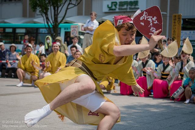 吹鼓連、高円寺駅北口広場での舞台踊り、男踊りの踊り手の写真 6