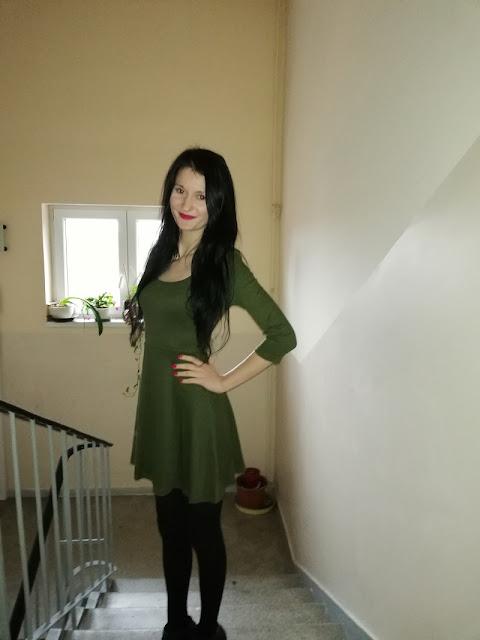 zielona sukienka z gołymi plecami