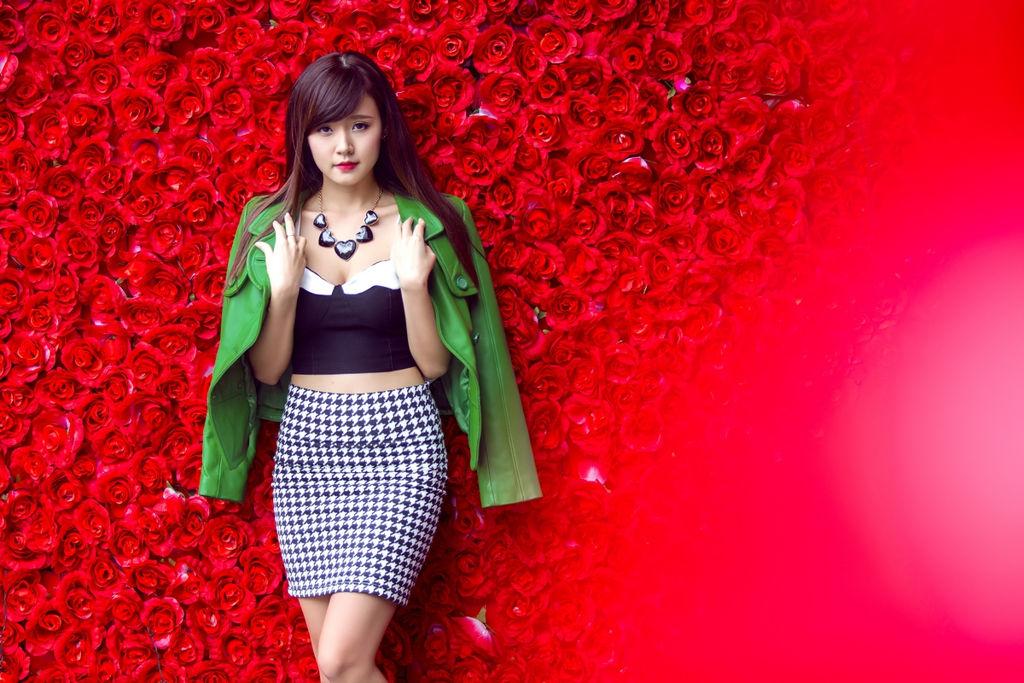 Hotgirl Midu quyến rũ bên tường hoa