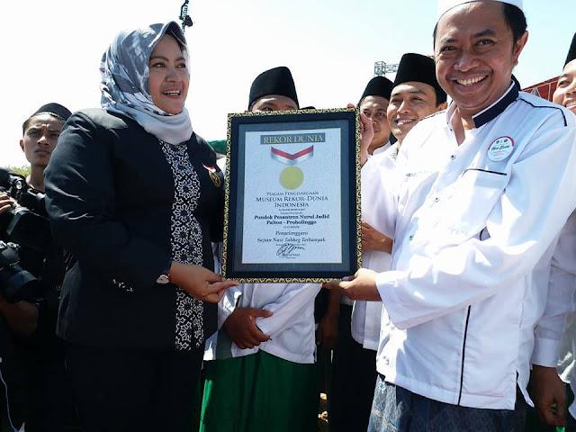 PP. Nurul Jadid Pecahkan Rekor MURI Makan Tabhek 10.000 Santri