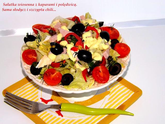 Wiosenna sałatka z kaparami, polędwicą i camembertem.