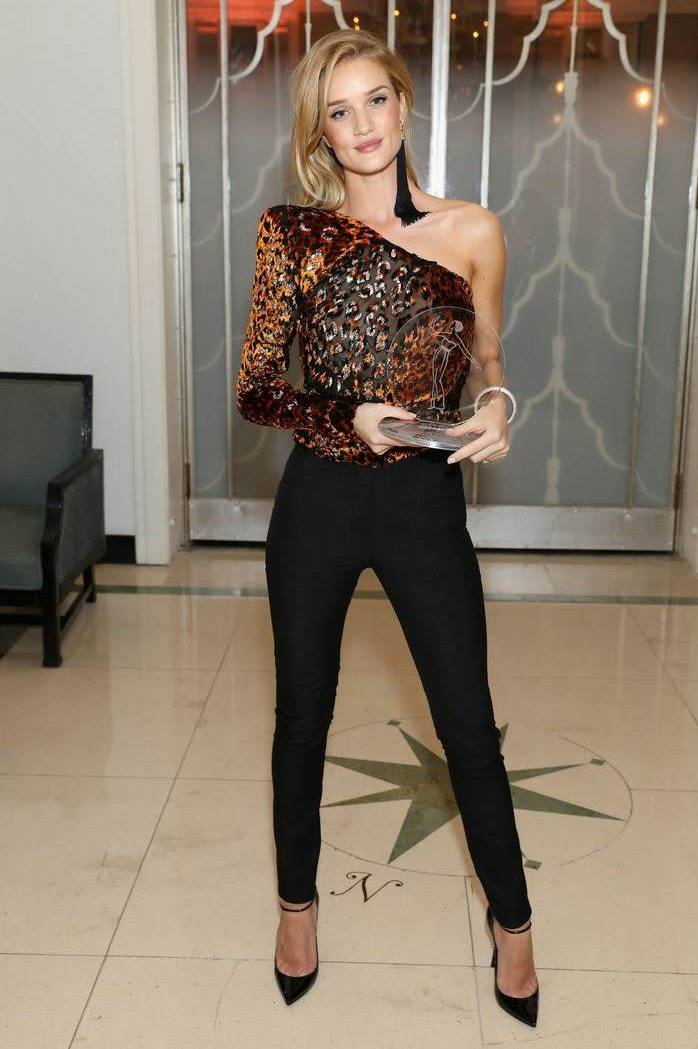 beautiful outfit idea_ove shoulder top + black pants + heels