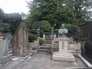 力道山の上半身を模った石碑とお墓