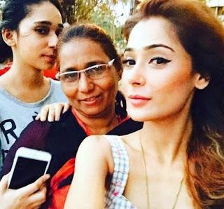 Foto Sara Khan dengan Ibu dan Adiknya