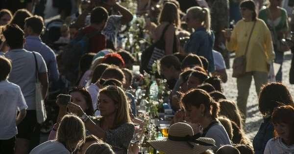 Los #checos celebran el fin del #coronavirus con un banquete en un puente