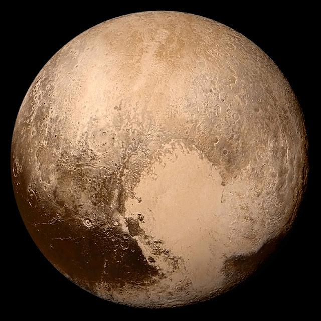 Đĩa hành tinh của Sao Diêm Vương trong màu sắc gần đúng được chụp bởi tàu vũ trụ New Horizons của NASA khi bay qua hành tinh lùn này vào ngày 14 tháng 7 năm 2015. Hình ảnh: NASA.