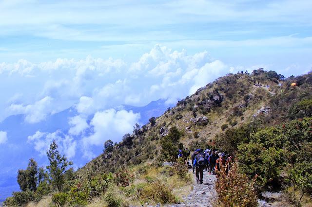 Peringati Malam 1 Suro, Ratusan Pendaki Padati Puncak Gunung Lawu