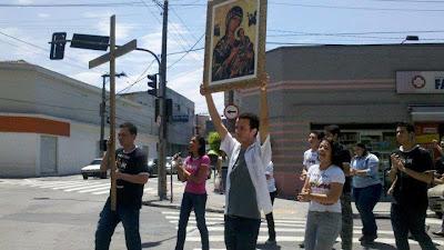Juventude com a Cruz e o Ícone da Virgem Maria