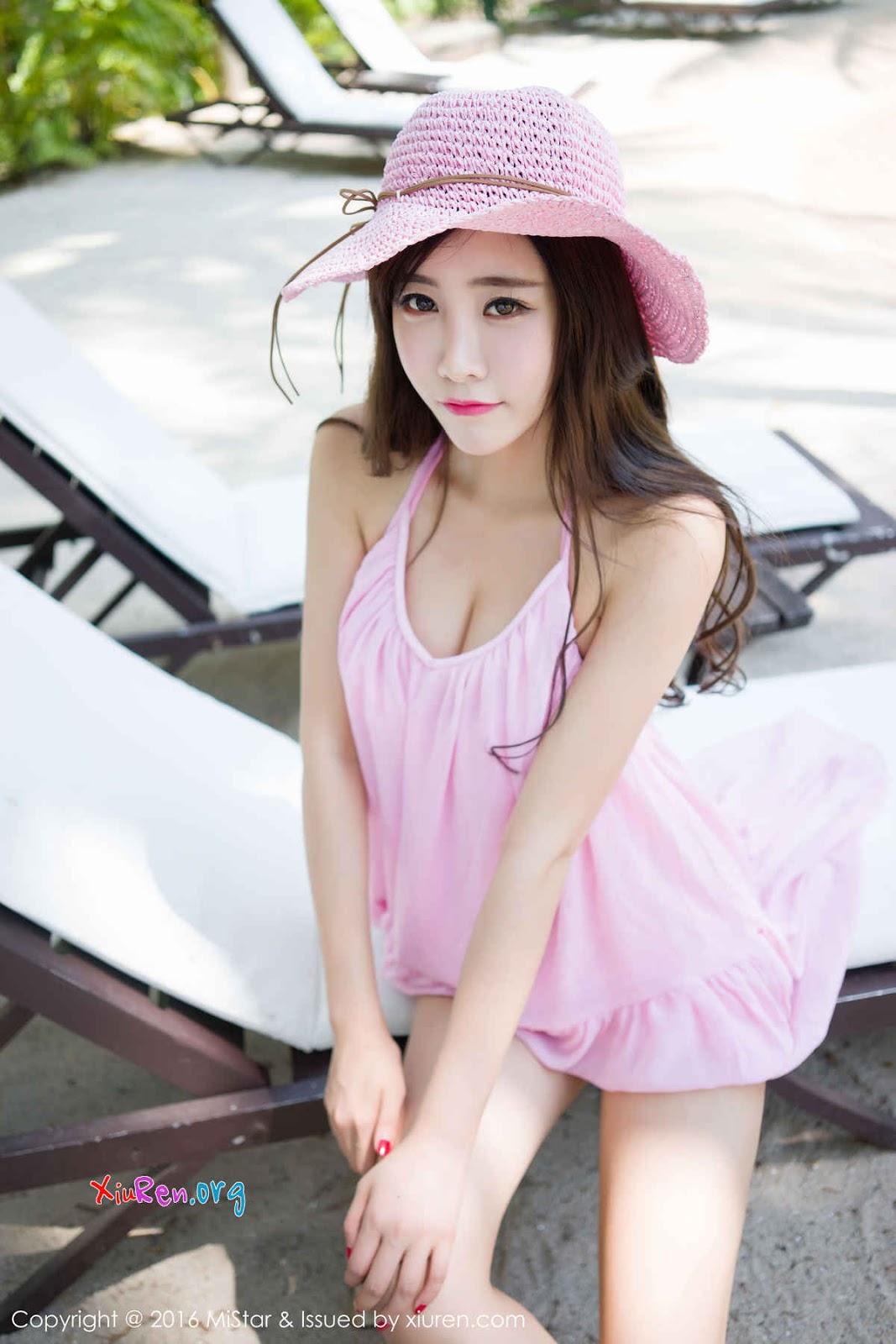 Gái xinh với đồ lót hồng phơi dáng ngoài bãi biển