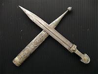 Metal kını üzerinde duran işlemeli kama bıçak