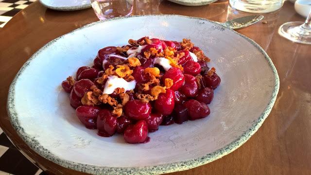 Mallaspulla matkailee Wien Itävalta ravintola Motto am Fluss punajuuri gnocchi