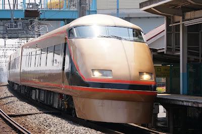 伊勢崎線堀切駅を通過する東武100系日光詣スペーシア