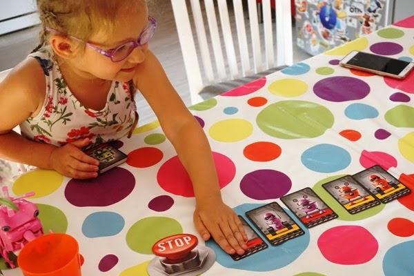 przedszkolaki, dzieci grają w grę nasza księgarnia, fabryka robotów