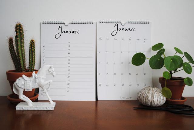 De twee te winnen, uitgeprinte kalenders gestyled met onder andere een cactus, een Pilea Peperomioides en een wit paardje.