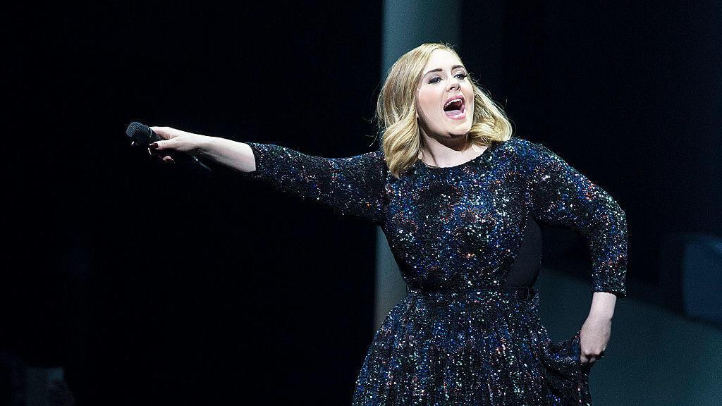Adele pierde el control cuando un murciélago invade su concierto