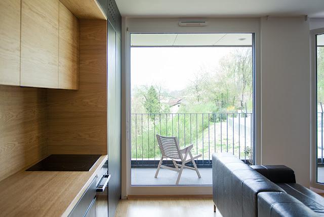 лаконичная деревянная кухня с балконом