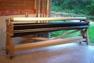 máquina de madeira e canos, com motor, para feltrar lã