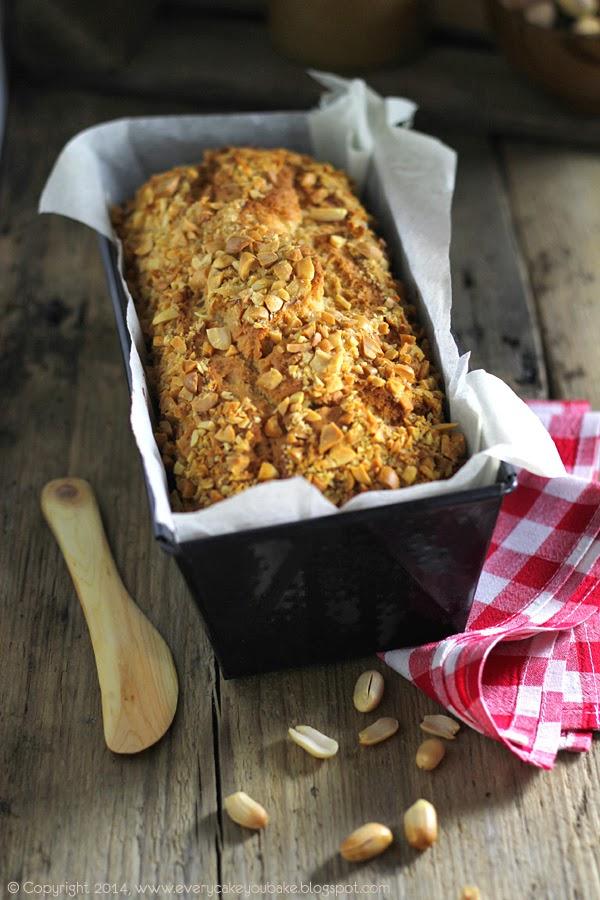 słodki chlebek fistaszkowy z masłem orzechowym i orzeszkami ziemnymi