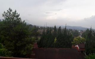 Pemandangan indah pegunungan terlihat dari balkon