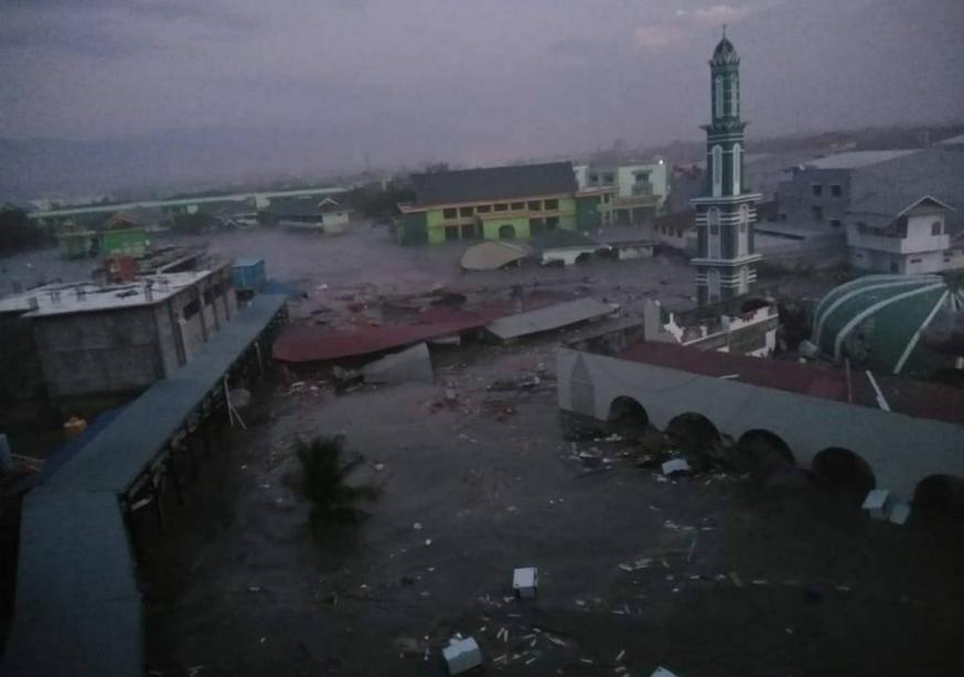 Tsunami colpisce con violenza Palu in Indonesia dopo il violento terremoto.