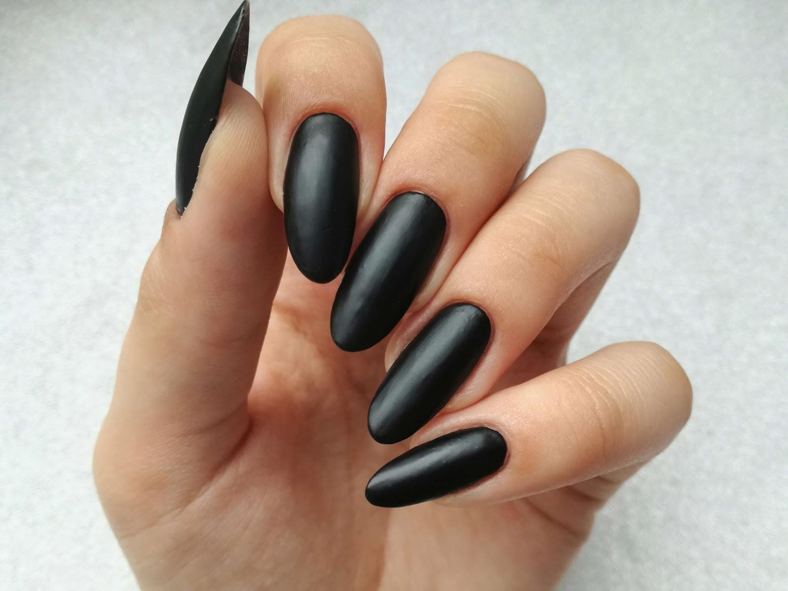 czarne matowe paznokcie essence
