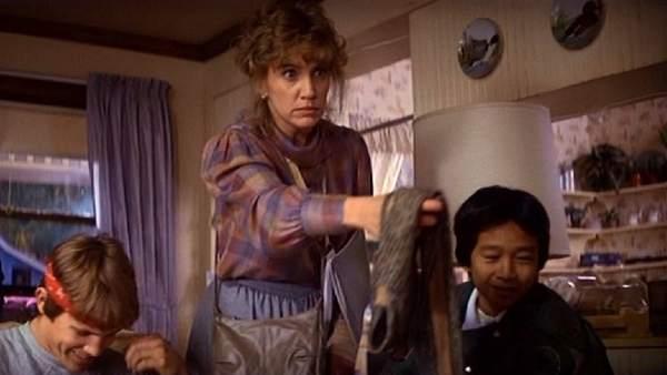 Fotograma de la película 'Los Goonies', donde se puede ver a la actriz Mary Ellen Trainor junto a otros protagonistas, en el interior de la famosa casa