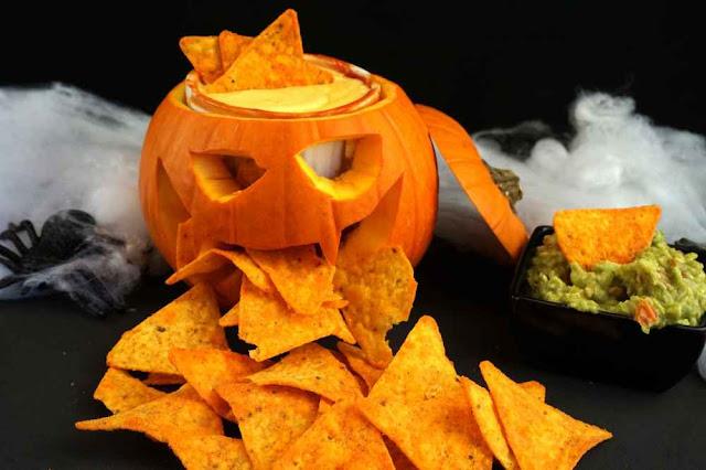 Nachos con salsa de queso y guacamole especial halloween
