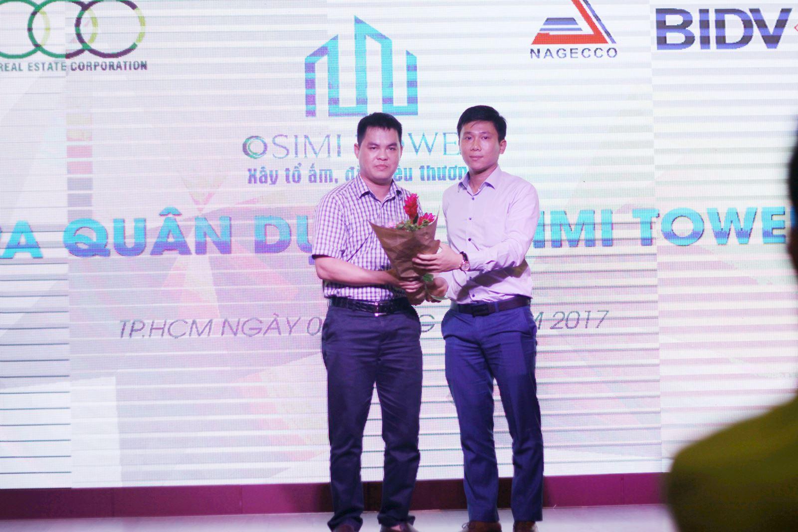 Đại diện phía chủ đầu tư Sông Đà lên tặng hoa cho đại diện phía ngân hàng BIDV