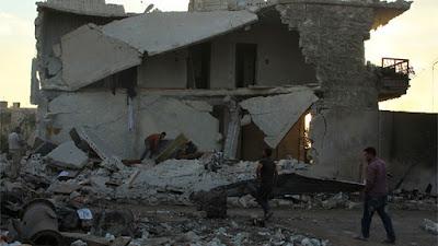 Un grupo de residentes evalúa el daño causado por un ataque aéreo contra edificios del oeste de la ciudad de Alepo el 20 de septiembre de 2016.Ammar AbdullahReuters