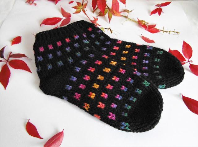 -heegeldatu -sokid- must -kirju -soktoober #crochet #handmade #socks #colorfull #squares #blacksocks #handmadesocks #slippers