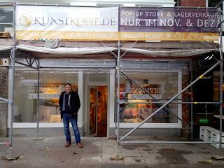 Hardy Schulz devant la pop-up store de Hambourg