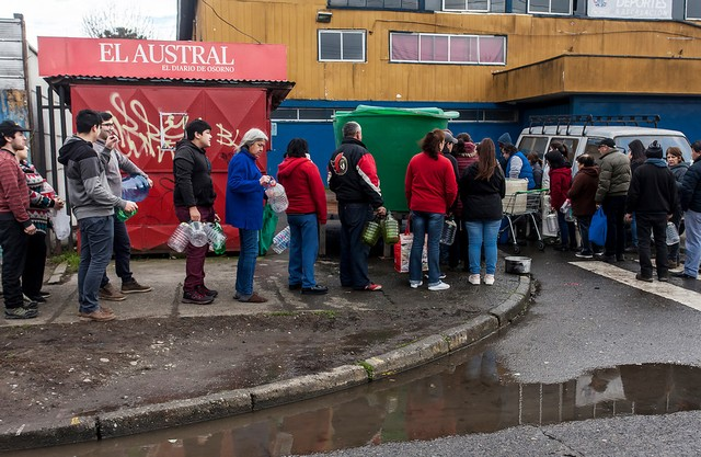 Osorno fila para recibir agua