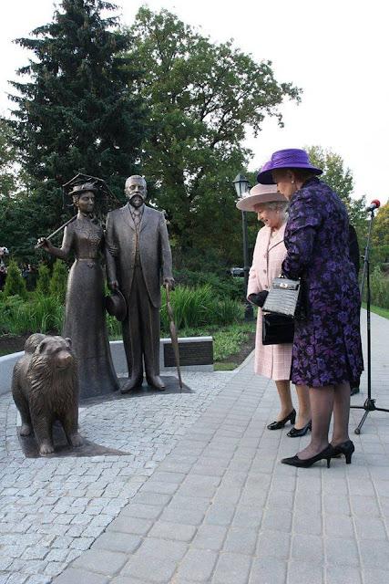 Октябрь 2006 года. Рига. Королева Великобритании Елизавета Вторая и президент Латвии Вайра Вике-Фрейберга в сквере у Оперы возле памятника Джорджу Армистеду и Сесилии Пихлау