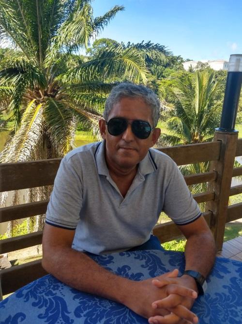 Antonio Pereira Apon. Paisagem de fundo com coqueiros e um lago.