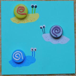 trzy ślimaki z plastikowych nakrętek