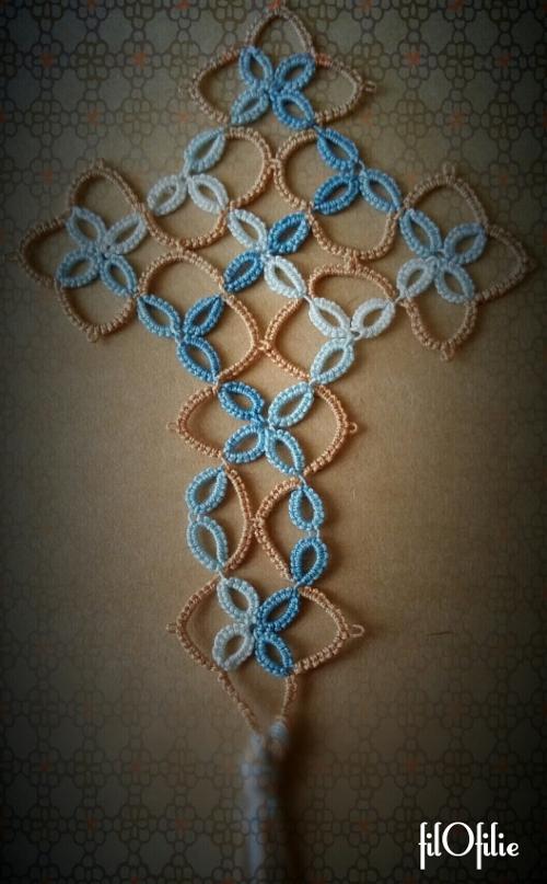 Croix en frivolité dentelle aux navettes, marque-page