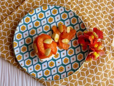 tomino fresco con albicocche al miele e mandorle