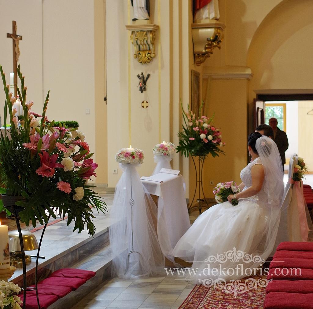 Różowe dekoracje ślubne w kościele opolskie