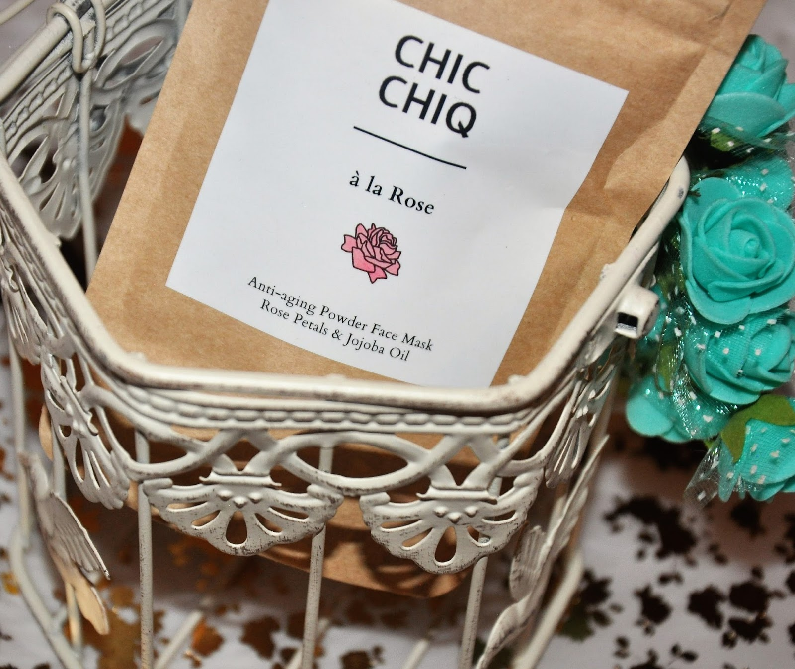 CHIC CHIQ - A la Rose - Maska do twarzy w proszku Odmładzająca i upiększająca maseczka zawierająca płatki róży Damasceńskiej oraz olej jojoba, nadająca skórze zdrowy połysk. Cena: 19,99/ szt  Nie lubię maseczek, które wymagają ode mnie zbyt dużego zaangażowania, a uwierzcie mi że zmieszanie proszku z wodą czasami bywa dla mnie wyczynem.  Dlatego najczęściej wybieram maseczki w płachcie.