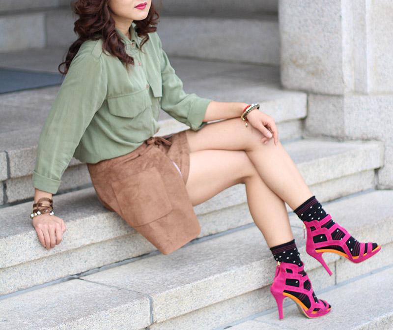 милитари стиль, мода, блогер в корее, корея, тренд, носки с туфлями, носки под туфли, вискозная юбка, вискоза, сочетание цветов, колорблок, аксессуары, Коре университет, осенний лук, осенний образ, тренчкот, правила сочетания цветов