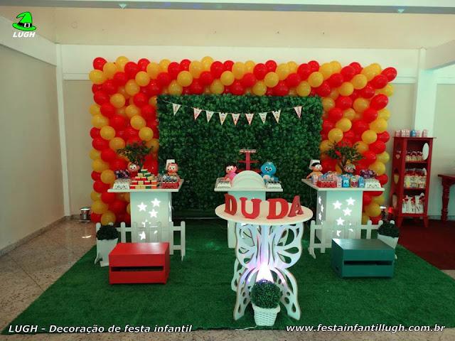 Decoração infantil Turma da Mônica para festa de aniversário em mesa provençal simples com muro inglês