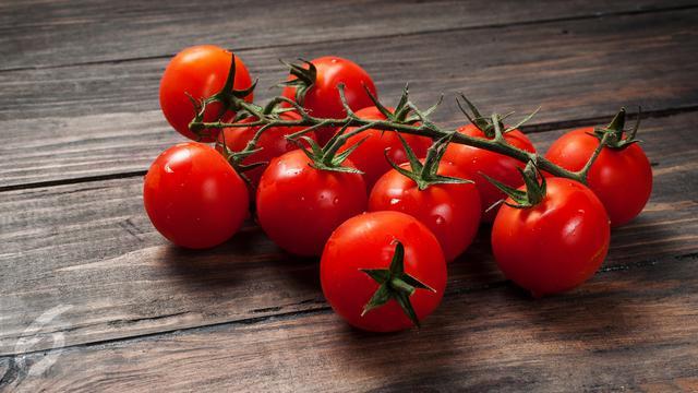 Atasi Jerawat dengan Masker Tomat Alpukat