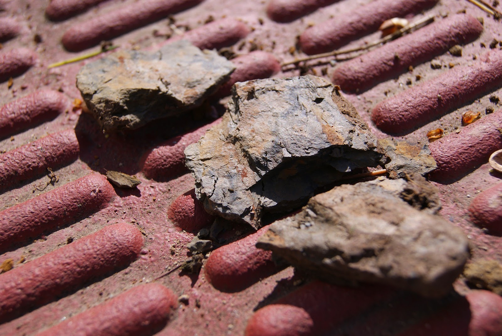 Roca fragmentada con la ayuda de un martillo que nos ayuda a saber su composición y dureza
