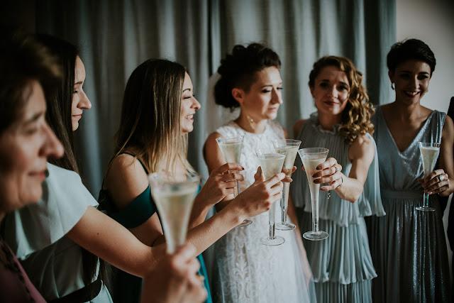 Toast z druhnami przed ślubem. Przygotowania ślubne Panny Młodej.  Moose Wedding Fotografia