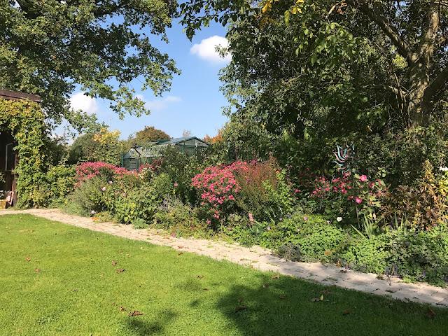 sonniger Herbstmorgen im Landgarten (c) by Joachim Wenk