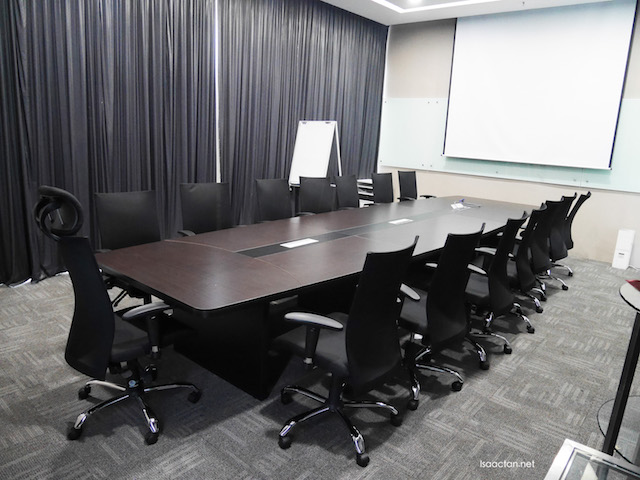 One of the many shapes and sizes of the meeting rooms available.