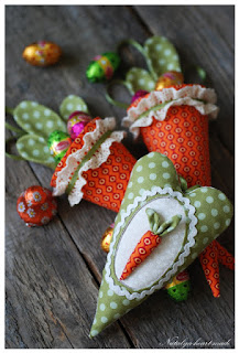 cestino a forma di carote e cuoricino di stoffa per pasqua