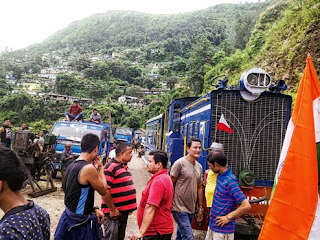Truck drivers stops Darjeeling toy train at tindharia