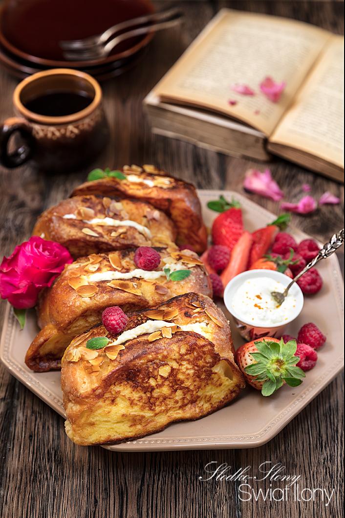 tosty francuskie nadziewane serkiem kremowym z owocami i śmietanką